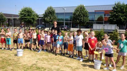 Kinderen genieten van waterspelletjes tijdens sportkamp aan sporthal Koornmolen