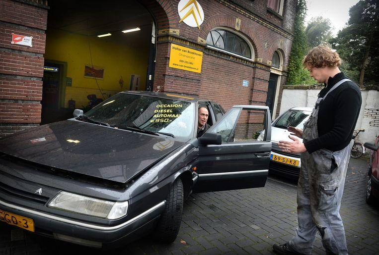 Door vervuilend dieselen duurder te maken, hoopt het ministerie 'op een verdubbeling van de afname' van roetbrakers. Beeld Marcel van den Bergh / de Volkskrant