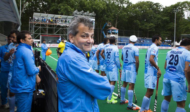 Paul van Ass (M) als coach van India bij de wedstrijd tussen de mannen van India en Polen tijdens de poulewedstrijd in de Hockey World League. Beeld anp