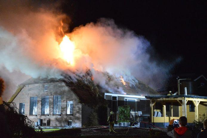 De brand brak uit in een stal en sloeg vervolgens over op de rietgedekte boerderij in Genemuiden