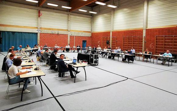 De laatste gemeenteraad van Tielt voor het zomerverlof vond voor de social distancing plaats in de oude sporthal in de Sportlaan.