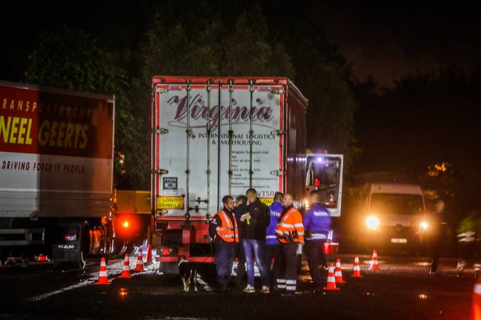 Ook vrachtwagens werden gecontroleerd op de eventuele aanwezigheid van transmigranten