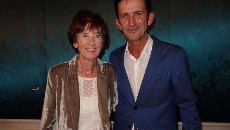 Schrijver Cornald Maas en zijn moeder Corry Kwik, die hem eens over Opium schreef: 'En die kijkcijfers, die kloppen niet. Ze moesten die kastjes eens naar Bergen op Zoom brengen' Beeld Schuim