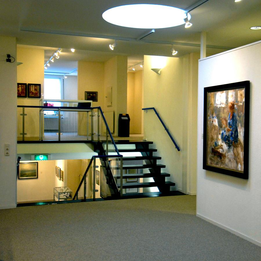 Een doorkijk in het ruimtelijk ingerichte museum Van Lien, links in de aanbouw van 1980 is de gelijknamige galerie.
