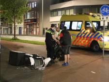 Vrouw raakt gewond bij botsing tussen twee scooters in Waldorpstraat