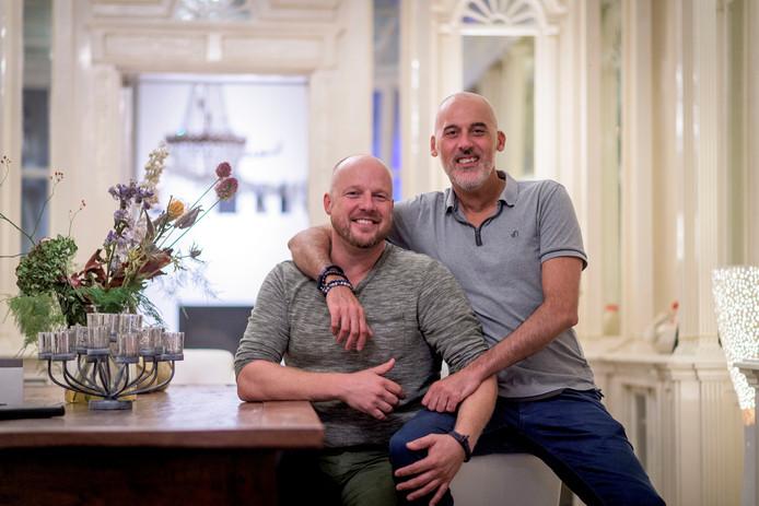 Erik Dierink (l) en Rudi Terwingen zijn getrouwd, homo en Twentenaar.