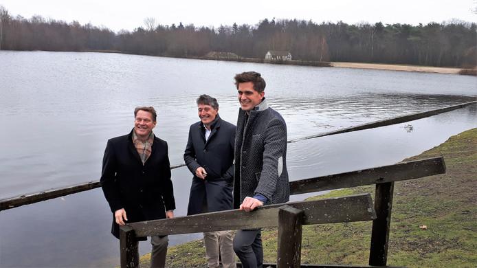 Albert Verlinde, Dirk Lips en Jeroen Dona bij de vijver op het Autotronterrein, decor voor de musical in juni.