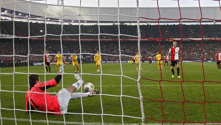 Filip Kurto stopt de penalty van Lex Immers. Beeld anp
