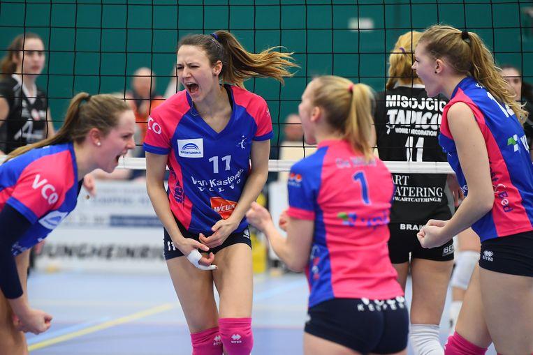 De vrouwen van VC Oudegem vieren een punt tegen Michelbeke.