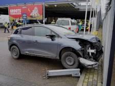 Ravage bij Makro in Nijmegen: automobilist rijdt buis omver en botst tegen auto's en hek