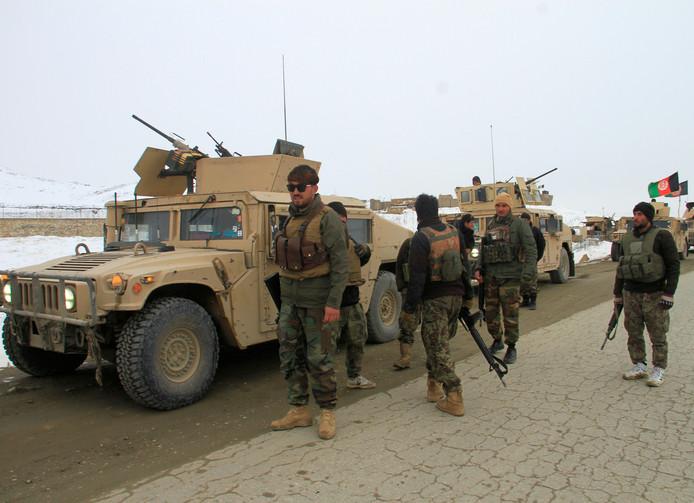 Leden van het Afghaanse leger maken zich klaar om naar de plek van de vliegtuigcrash te vertrekken.