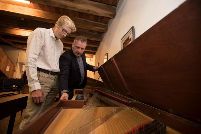 Opening van het nieuwe Geelvinck Museum, dat is gewijd aan zeer oude piano's en pianola's. Roland Spek en Gijs Wilderom (links)