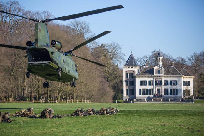 Een helikopter landt op landgoed De Haere in Olst.
