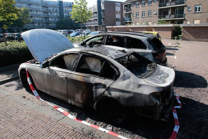 De auto's zijn zwaar beschadigd door het vuur.