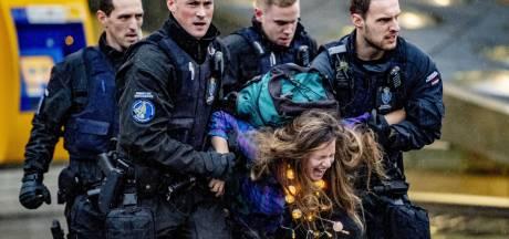 Actievoerders Greenpeace weer vrij, vandaag nieuwe actie buiten Schiphol Plaza