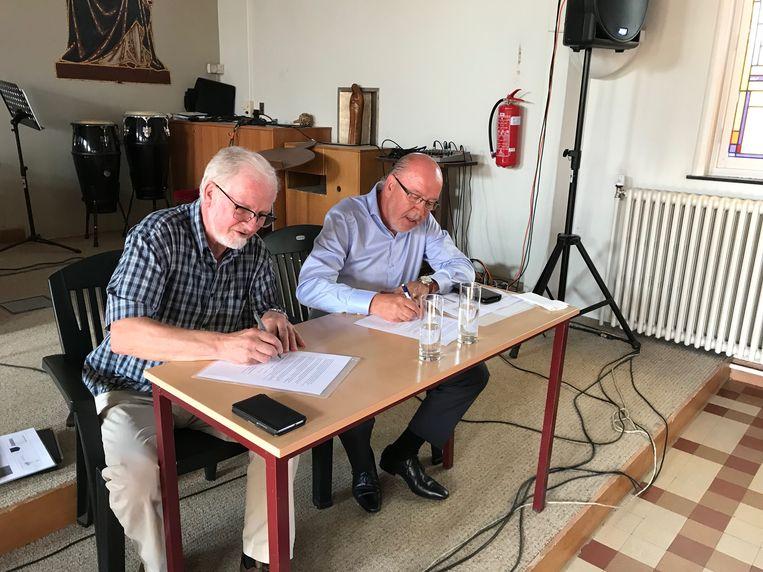 Voorzitter van KOW, Bernard Hemelsoet en de voorzitter van Mariagaard, Paul Cottenie tekenen de verklaring