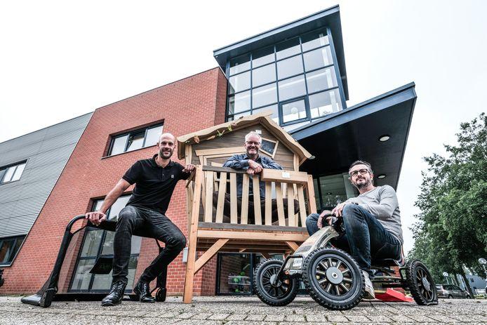 Stijn Driever (links), Marcel Dijk (midden) en Leopold van Os voor de ingang van hun Doetinchemse bedrijf, gespecialiseerd in buitenspeelgoed. Foto Jan van den Brink.