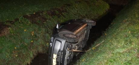 Auto belandt in sloot: baby overleeft ongeluk in Sprang-Capelle