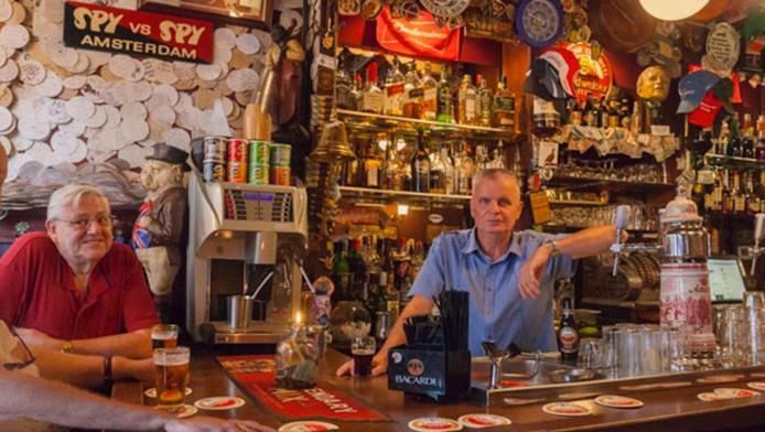 Volgens Louis van Hamelsveld (rechts) behoort zijn café tot de pareltjes van het echte Amsterdam.