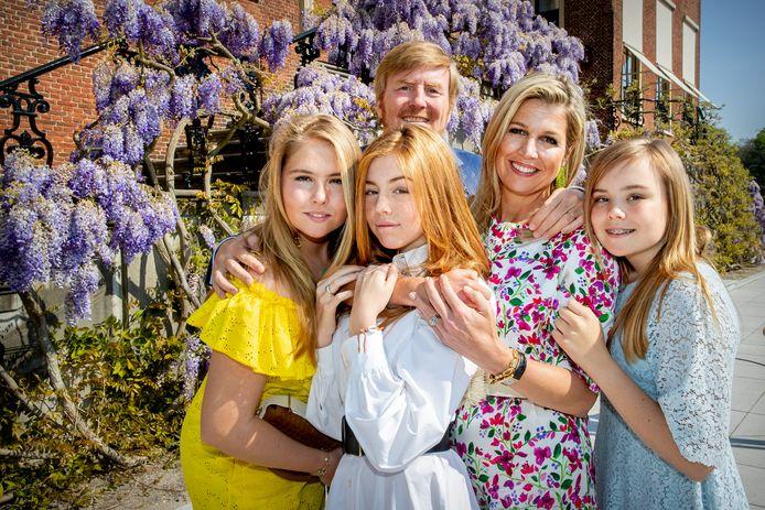Koning Willem-Alexander, Koningin Máxima en de prinsessen Amalia, Alexia en Ariane bij Paleis Huis ten Bosch op Koningsdag.