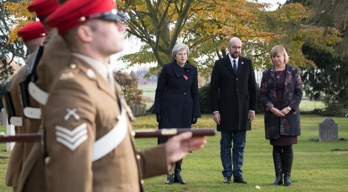 Premier Michel en zijn Britse ambtsgenoot May leggen een krans op het kerkhof Saint-Symphorien.