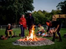 Zingen en nieuwe mensen ontmoeten rond kampvuur: 'Vuur brengt mensen bij elkaar'