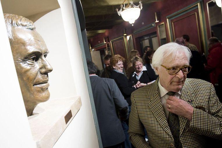 Beeldhouwer Kees Verkade vrijdag bij de buste van Jos Brink in Koninklijk Theater Carre. Foto ANP/Ade Johnson Beeld