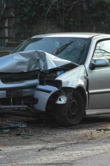 Automobilist naar ziekenhuis na botsing met verkeersbord en boom