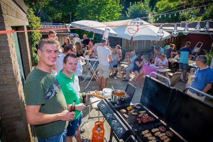 Als dank voor de fijne samenwerking bood woningcorporatie Oosterpoort de bewoners een barbecue aan.