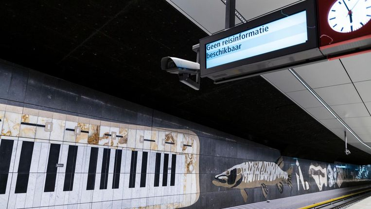 De kunst in station Rokin gaat over de bovengrondse stad en de stad die is weggezakt in de rivierklei Beeld Rink Hof
