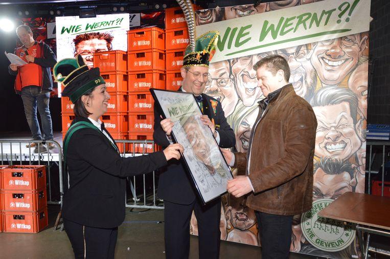Tom van café 'In den Keizer' ontvangt zijn karikatuur van prins Chena en Karnavalraadvoorzitter Pascal Carael.