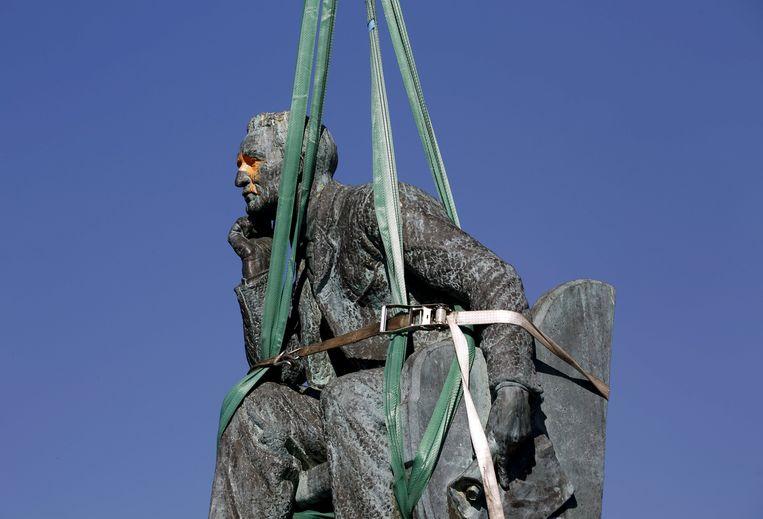 Archieffoto: de Zuid-Afrikaanse overheid haalde in april 2015 het standbeeld van Cecil Rhodes weg uit Kaapstad. (1/3)