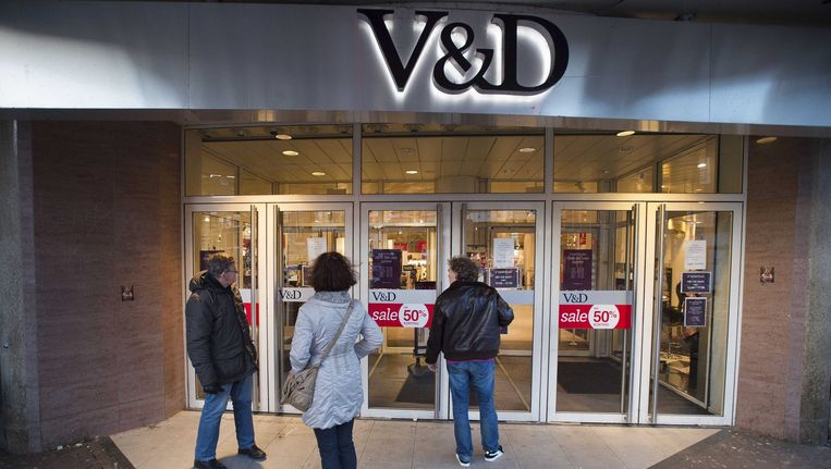 Bezoekers staan voor een gesloten V&D. Beeld epa