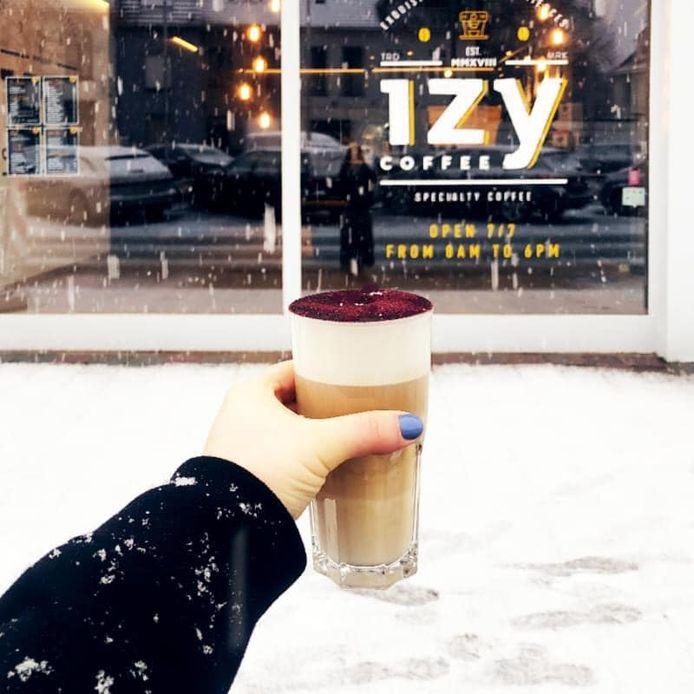 IzyCoffee Tielt verwarmt zich tegen de sneeuw.