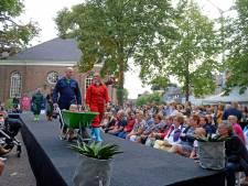 Brinkdag verrast met modeshow op catwalk van kerk naar Brink, avondprogramma valt in water
