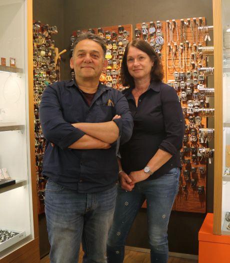 Yacov en Mia verkopen in hun Utrechtse winkel Sirado bij Hoog Catharijne sieraden waar een 'ziel' in zit