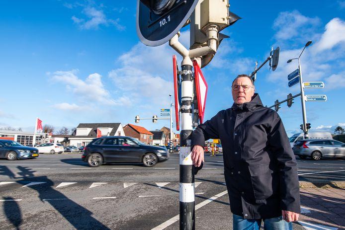 Ronald Wallet uit Leimuiden bij het kruispunt van de N207 die volledig op de schop gaat en slimme verkeerslichten krijgt.