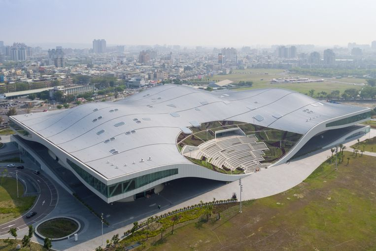 Het National Koahsiung Center for the Arts in het Taiwanese Kaohsiung, ontworpen door Mecanoo, bevat vier zalen en 5861 stoelen.  Beeld Iwan Baan