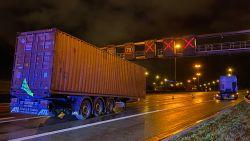 Vrachtwagen verliest oplegger bij uitrijden Kennedytunnel