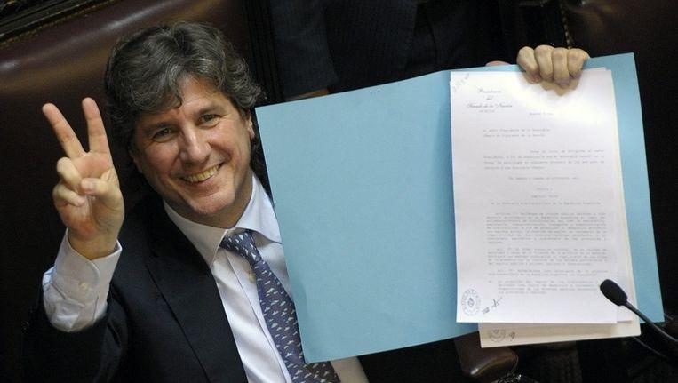 Vicevoorzitter Amado Boudou van de Argentijnse senaat met de nationalisatiewet. Beeld AFP