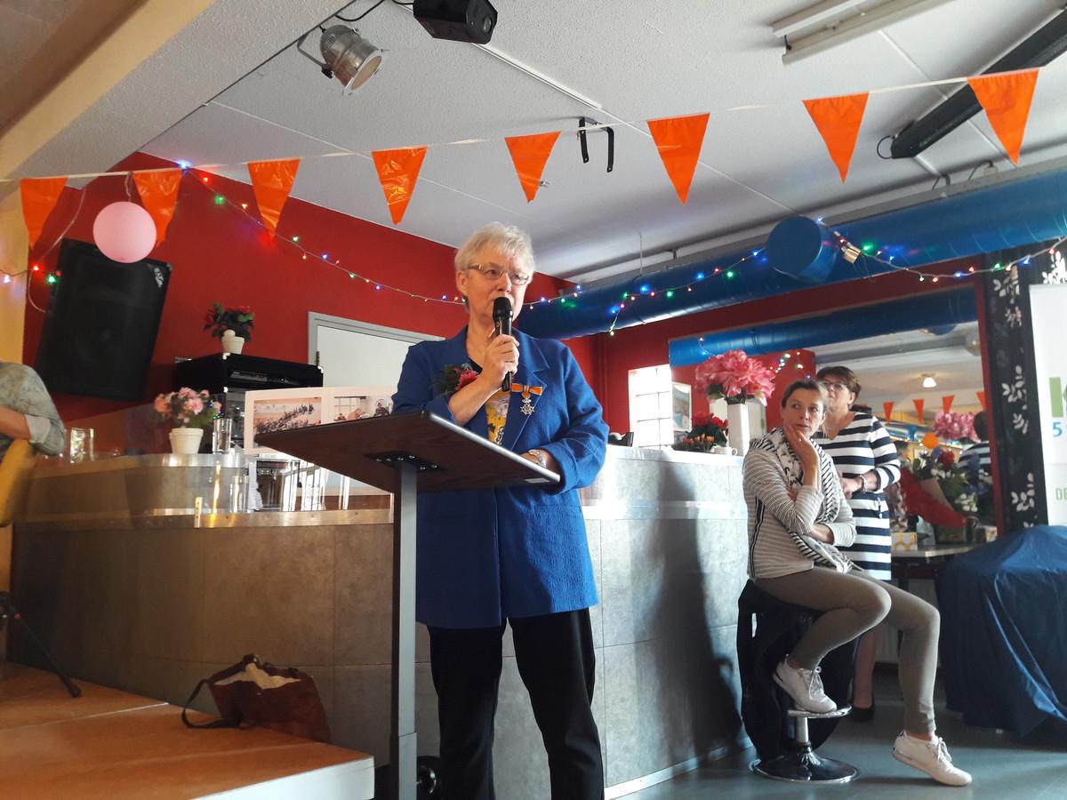 Ria Koopmans spreekt de deelnemers van de Schildersklup toe, nadat ze koninklijk is onderscheiden.