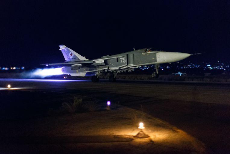 Een Russisch Su-24-gevechtsvliegtuig stijgt op vanaf een Syrische basis voor een nachtelijk bombardement. Foto uit oktober 2015.