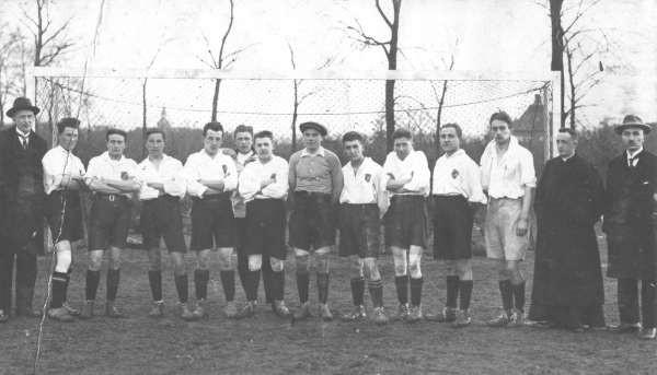 In 'De Aankondiger' van 23 december 1922 staat een kort voetbalberichtje: 'Zaterdag vertrekt het eerste elftal naar Duitsland om aldaar een tweetal wedstrijden te spelen o.a. te Keulen. We wenschen hen een voorspoedige reis en veel success.'
