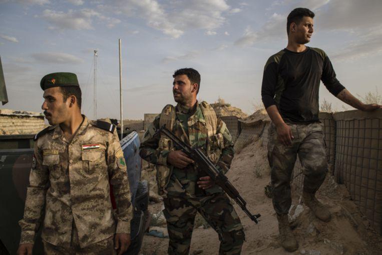 Soldaten van het Iraakse leger en de hashd op hun basis. Beeld Hawre Khalid
