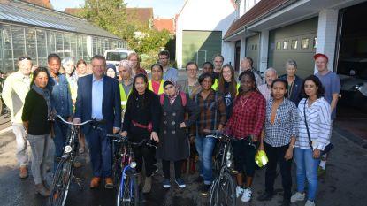 Vrijwilligers helpen volwassenen aan fietsdiploma