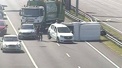 Chauffeur vuilniswagen voorkomt ongeluk door weg te blokkeren bij gekantelde caravan
