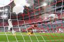 Thomas Müller zet Bayern op 2-0 tegen Eintracht Frankfurt.
