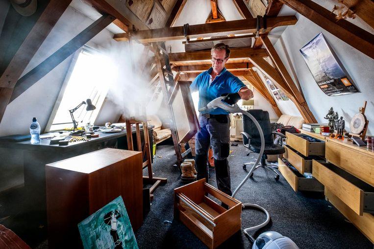 Gert Drop van Point Pest Control is bezig met een stoombehandeling. Bedwantsen weg, maar de kosten: 450 euro per kamer. Beeld Guus Dubbelman / de Volkskrant