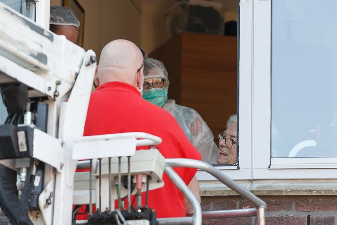 Op twee hoog woont de 90-jarige mevrouw de Leeuw. Ze krijgt bezoek van haar zoon Wardi de Leeuw. Familieleden van de bewoners van verpleeghuis de Hazelaar in Hasselt kunnen hun dierbare buiten een kort bezoek brengen via een hoogwerker.