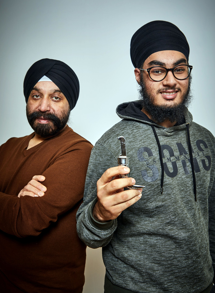 Sunny Soni en zoon Praveen Songh Soni met de op school geweigerde kirpan.